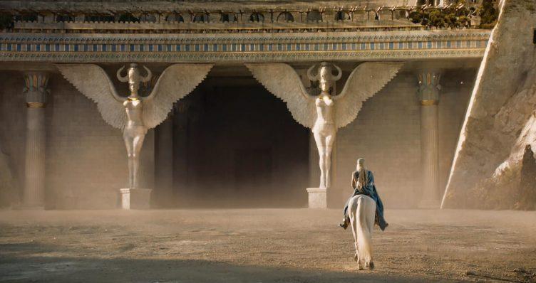 Daenerys Targaryen vor den Toren von Meereen in Game of Thrones - Staffel 4
