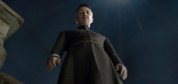 Petyr Baelish an der Mondtür in Game of Thrones - Staffel 4