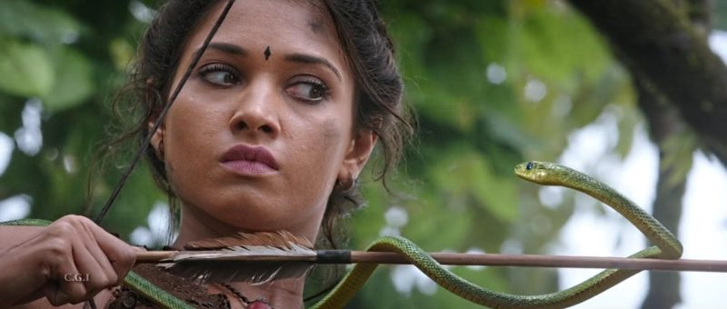 Avanthika (Tamannaah Bhatia) schießt einen Pfeil in Bahubali: The Beginning