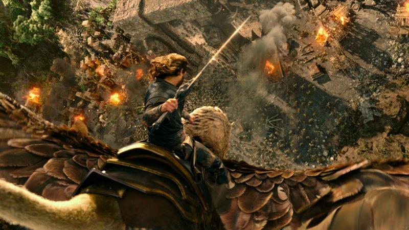 Anduin Lothar (Travis Fimmel) fliegt mit seinem Adler in Warcraft: The Beginning in die Schlacht
