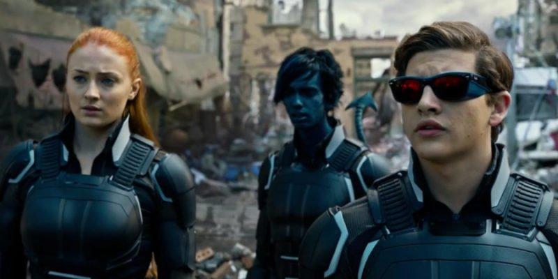 Jean (Sophie Turner) Nightcrawler (Kodi Smit-McPhee) und Cyclops (Tye Sheridan) befinden sich auf einem Schlachtfeld in X-Men: Apocalypse