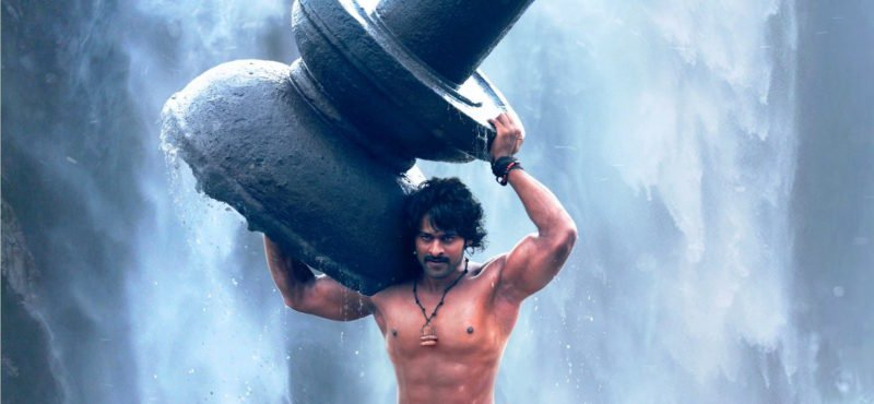Prabhas als Sivudu hebt einen Brunnen in Bahubali: The Beginning