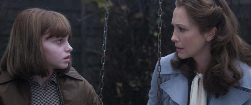 Janet Hodgon (Madison Wolfe) und Lorraine Warren (Vera Fermiga) unterhalten sich in Conjuring 2