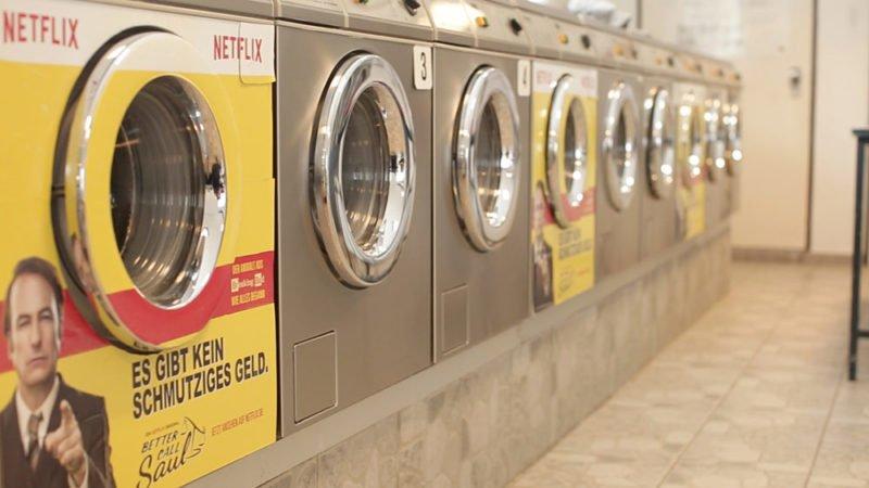 Plakatwerbung für Better Call Saul in einem Waschsalon