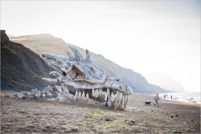 Drachenschädel an einem Strand für eine Werbkampagne für Game of Thrones Staffel 3