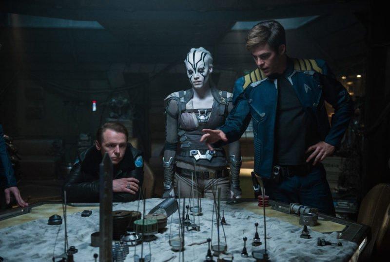 Simon Pegg als Scotti hört Captain Kirk (Chris Pine) bei einer Unterweisung zu