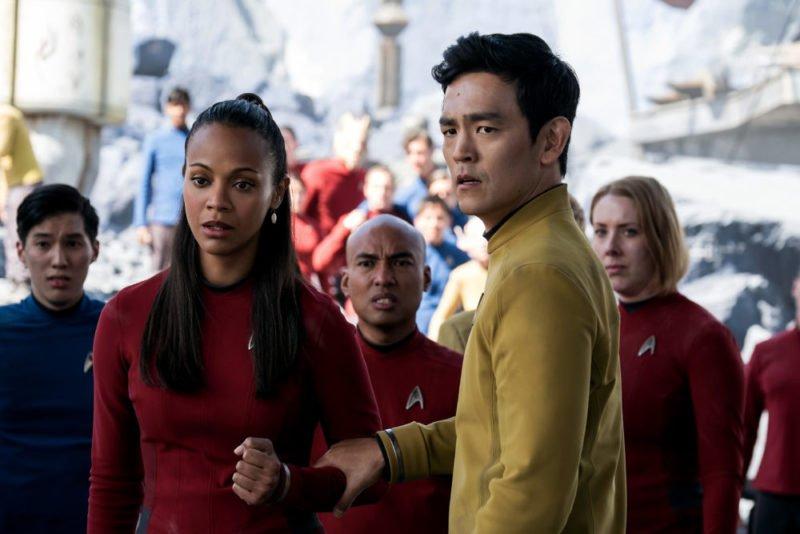 Uhura (Zoe Saldana) und Sulu (John Cho) auf einem fremden Planenten in Star Trek Beyond