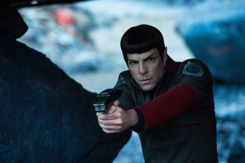 Mr. Spock (Zachary Quinto) zielt mit seiner Waffe in Star Trek Beyond