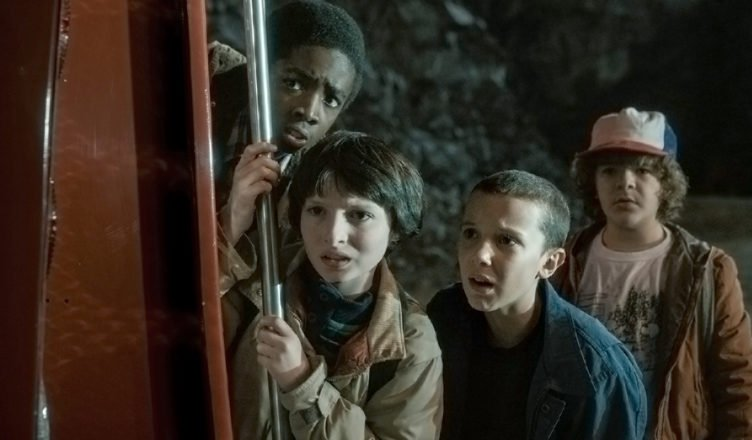 Lucas (Caleb McLaughlin), Mike (Finn Wolfhard), Elfie (Willie Bobby Brown) und Dustin (Maten Matarazzo) entdecken etwas in Stranger Things.