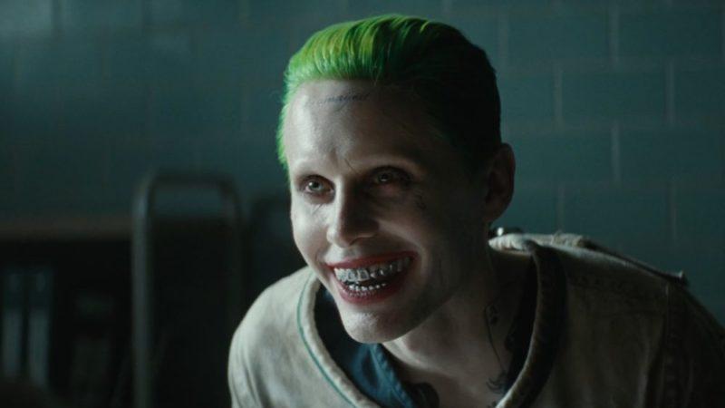 Der Joker (Jared Leto) lacht irre.