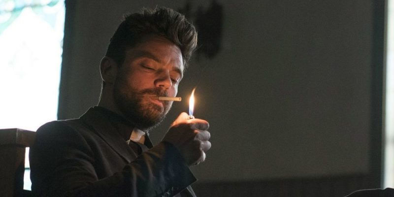 Prediger Jesse Custer (Dominic Cooper) zündet sich eine Zigarette an. Er ist selbst kein Heiliger.
