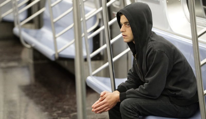 Elliot (Rami Malek) sitzt einsam in der U-Bahn.