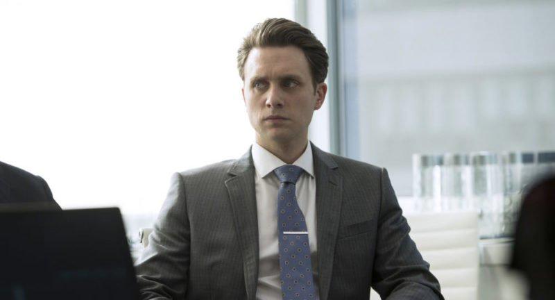 Tyrell Wellick (Martin Wallström) wartet gespannt.