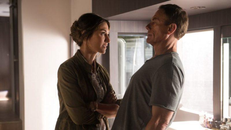 Jean-Claude Van Damme (Jean-Claude Van Damme) und Vanessa (Kat Foster) treffen sich in Jean-Claude Van Johnson nach langer Zeit wieder.