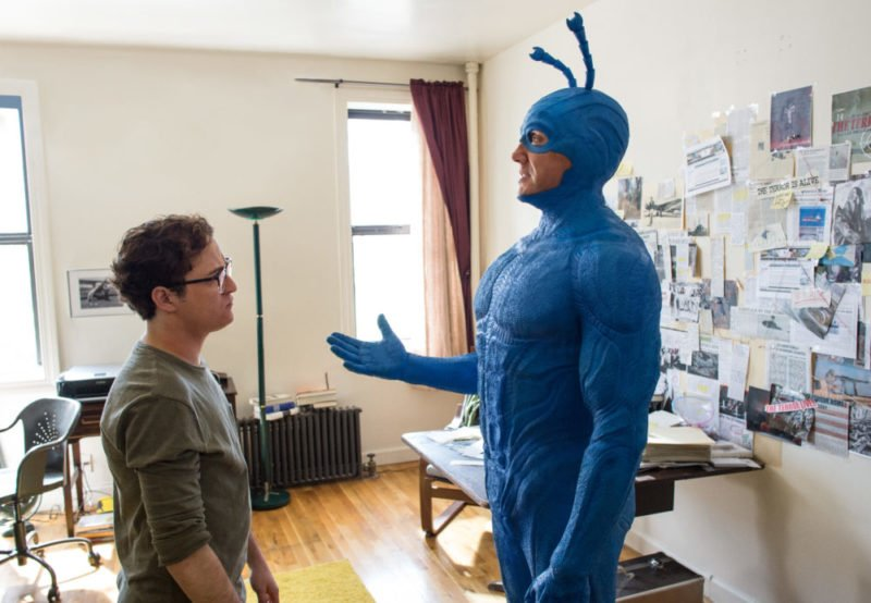 Arthur Everest (Griffin Newman) und The Tick (Peter Serafinowicz) treffen in The Tick aufeinander.