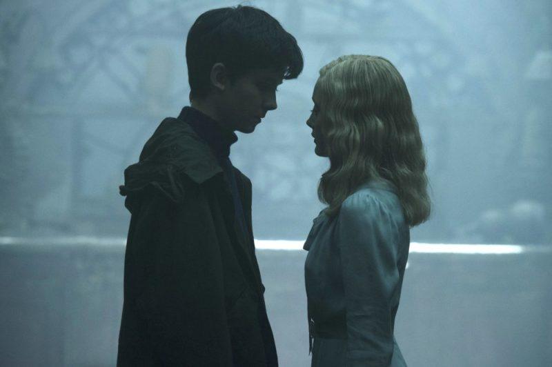 Jacob (Asa Butterfield) und Emma (Ella Butterfield) kommen sich näher in Die Insel der besonderen Kinder