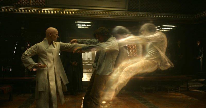 Die Älteste (Tilda Swinton) schlägt Doctor Strange den Geist raus.