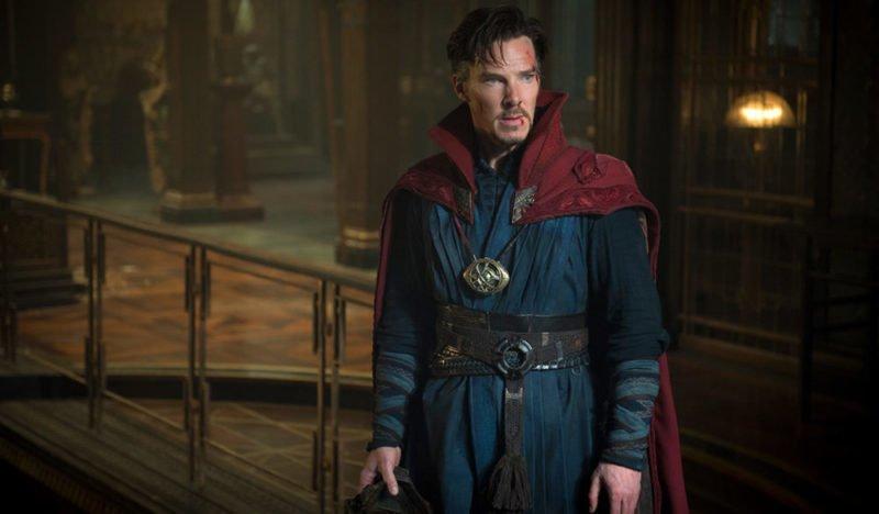 Doctor Strange (Benedict Cumberbatch) blickt zur Seite.