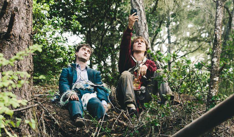 Paul Dao und Daniel Radcliffe suchen als Hank und Manny in Swiss Army Man im Wald und suchen Handyempfang