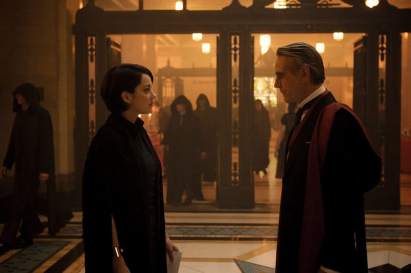 Marion Cotillard und Jeremy Irons als Alan und Sophia RIkkin in Film Assassin's Creed
