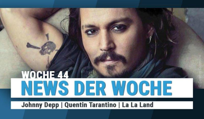 Johnny Depp schaut direkt in die Kamera. Auf der Innenseite des Oberarms hat er einen Piraten-Tattoo
