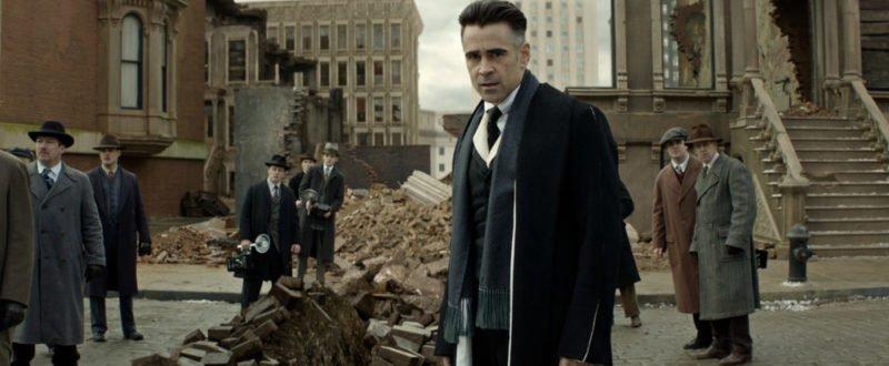 Colin Farrell als Auror betrachtet eine kaputte Straße in Phantastische Tierwesen und wo sie zu finden sind