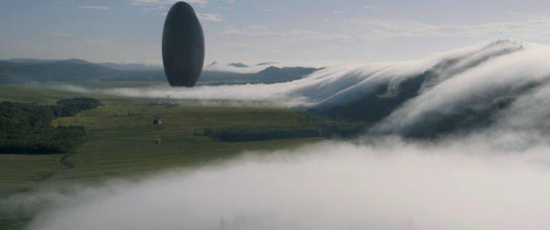 Eine Panoramaaufnahme eines Raumschiffs in Arrival (2016)
