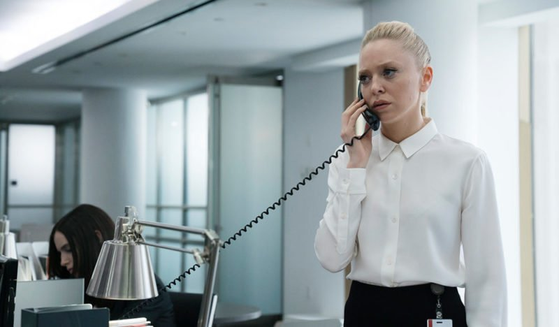 Angela Moss (Portia Doubleday) erfährt unerfreuliches am Telefon.
