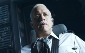 Tom Hanks sitzt als Pilot Sully im Cockpit seines Flugzeuges und starrt entsetzt nach vorne