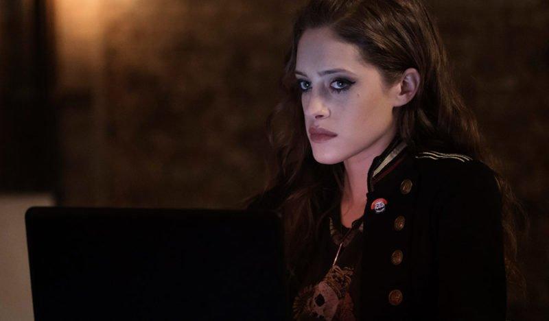 Darlene (Carly Chaikin) blickt besorgt drein.