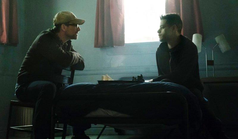 Elliot Alderson (Rami Malek) und Mr. Robot (Christian Slater) spielen gegeneinander Schach.