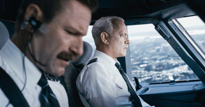 Tom Hanks als Sully und Aaron Eckhart als Jeff navigieren das Flugzeug zur Notlandung