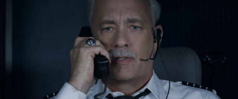 Tom Hanks als Captain Sully hält eine Durchsage aus dem Cockpit
