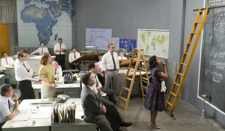 Das Team der NASA-Forscher begutachtet die Berechnungen von Katherine Johnson in Hidden Figures – Unerkannte Heldinnen