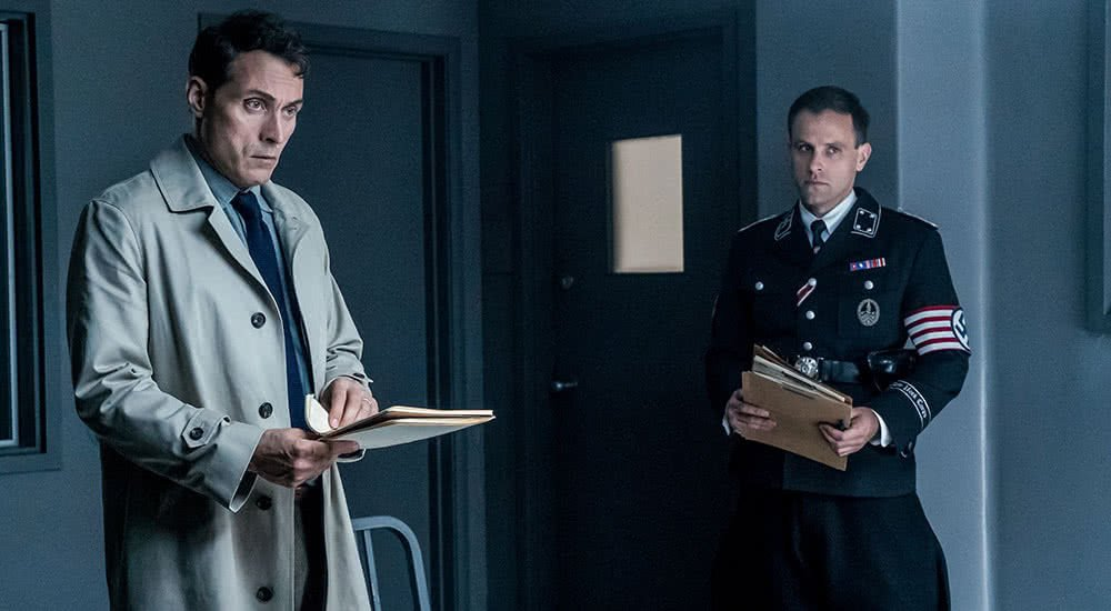 Rufus Sewell als John Smith in einem Verhörraum in The Man in the High Castle Staffel 2