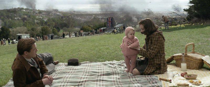 Brad Pitt als Max und Marion Cotillard als Marianne picknicken mit ihrem gemeinsamen Kind in London