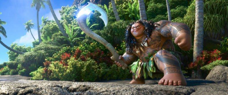 Maui steht mit seinem Haken am Strand.