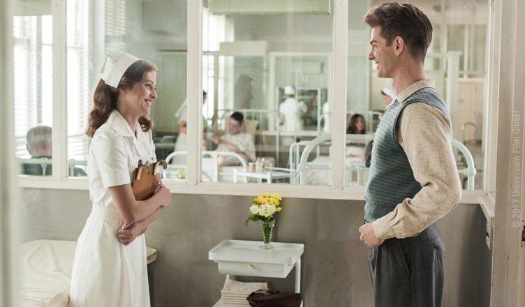 Desmond Doss (Andrew Garfield) und die Krankenschwester Dorothy Schutte (Teresa Palmer) stehen sich im Krankenhaus gegenüber