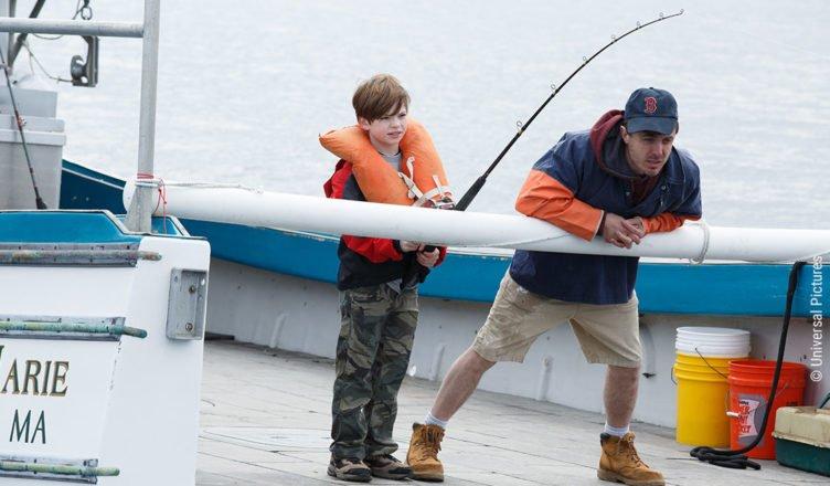 Der Junge Patrick und Lee angeln auf dem Fischerboot von Patricks Vater Joe in Manchester by the Sea