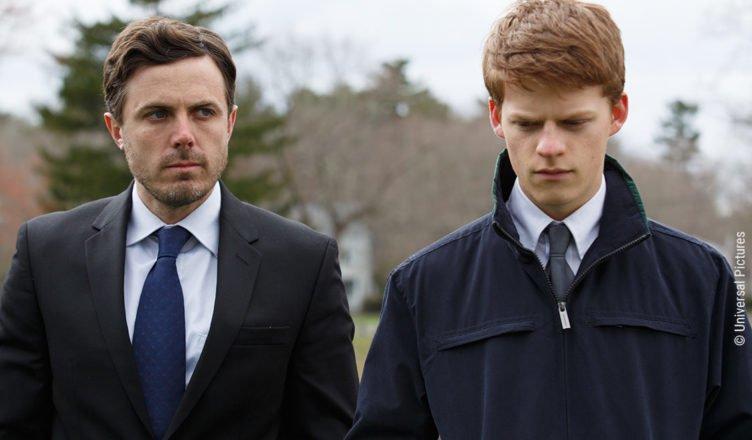 Lucas Hedges und Casey Affleck stehen als Lee und Patrick betroffen am Grab von Joe in Manchester by the Sea
