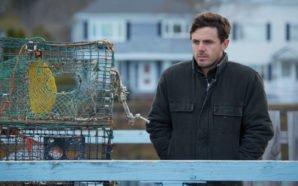 Lee, gespielt von Casey Affleck, schaut betrübt aufs Meer. Neben ihm gestapelte Fischreusen