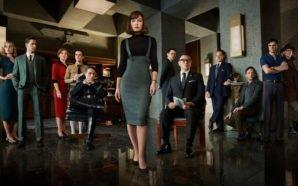 Der Cast von The Man in the High Castle Staffel 2 steht und sitzt in einem dunklen Nazi-Büro