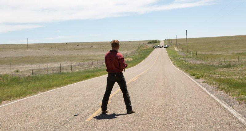 Ben Foster auf einem Highway mit einem Maschinengewehr in Hell or High Water