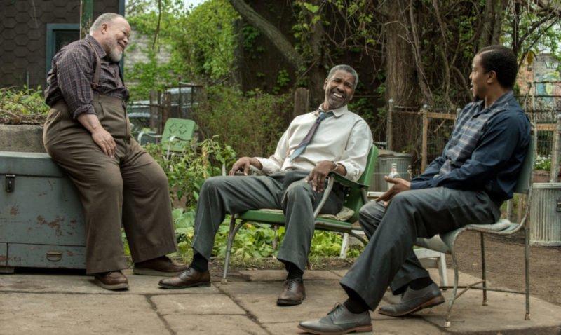Troy (Denzel Washington), Bono (Stephen Henderson) und Lyons (Russell Hornsby) unterhalten sich im Vorgarten.