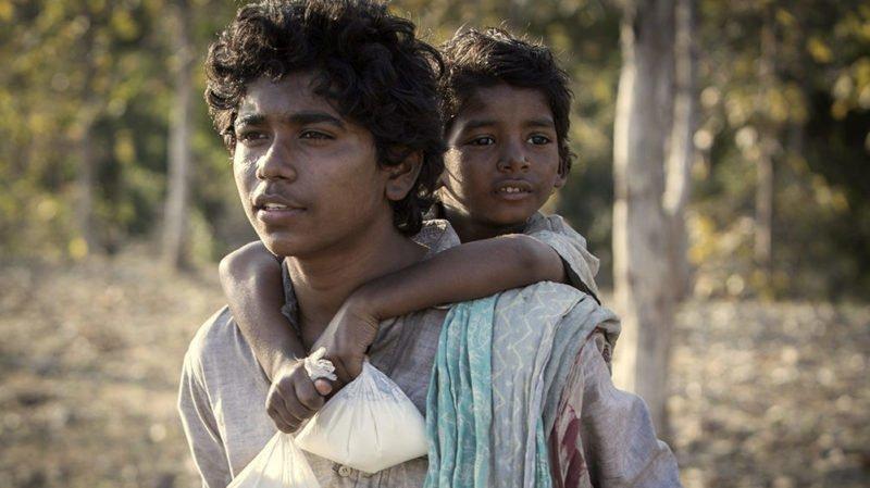 Saroo und Guddu wandern zusammen in Film Lion