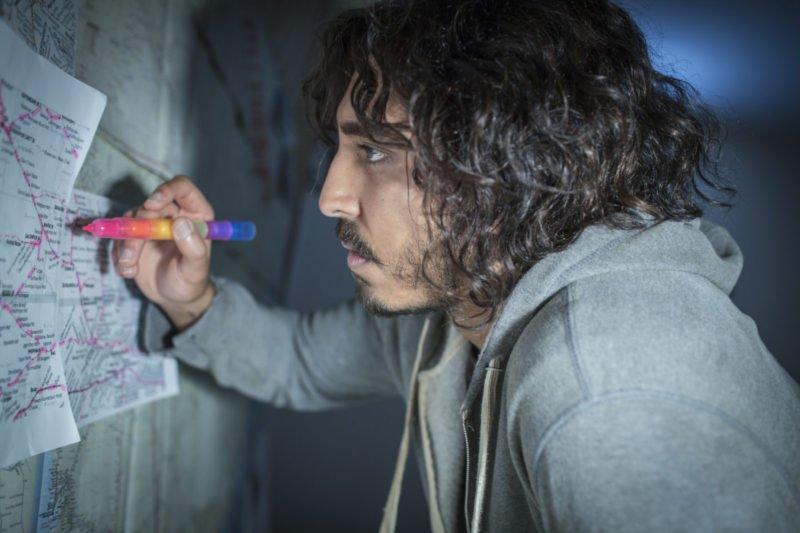 Dev Patel als Saroo sucht seine Herkunft anhand von Karten in Lion