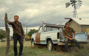 Die beiden Hauptfiguren warten auf ihrer verlassenen Ranch