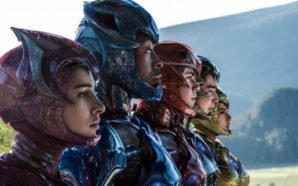Die fünf Power Ranger in Seitenansicht.