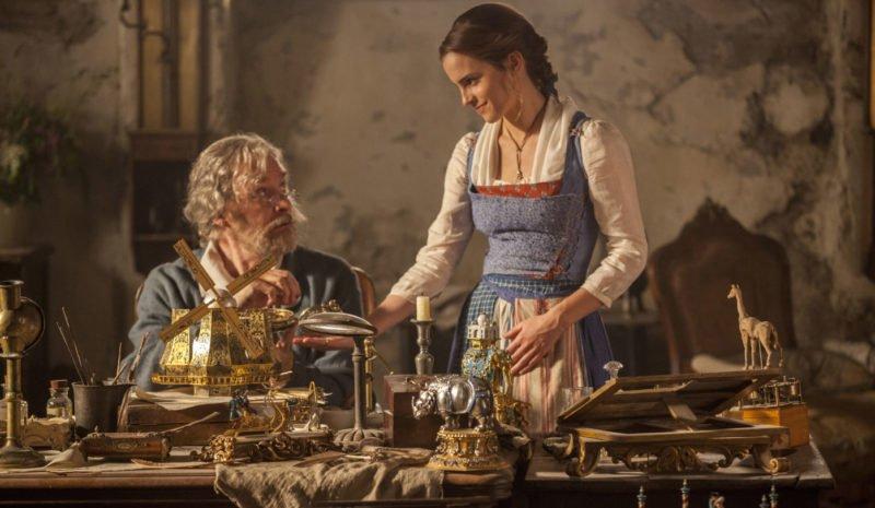 Belle (Emma Watson) mit ihrem Vater Maurice (Kevin Kline)