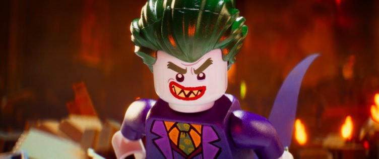 Die Lego-Figur Joker grinst bösartig in die Kamera im Film The Lego Batman Movie
